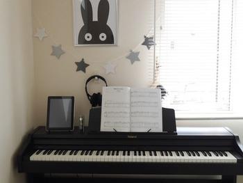 こちらのお宅のように、壁にフックを付けてハンギングしたり、構造上可能であればピアノ本体にフックを取り付けるのも良いでしょう。