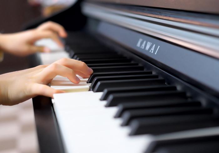 わが家でも取り入れているのが、練習の「見える化」。ピアノの練習は、計算ドリルや漢字練習のように目に見えて残らないため、達成感が得られにくいのも、お子さんが練習から遠のく原因なのではないでしょうか。  「見える化」する方法は簡単。  1.曲や時間などを書きこんだ練習表(達成表)をつくる 2.できたら、シールやサインを書いていく 3.目標の回数が達成できたら、嬉しいご褒美  このご褒美は、何かを買ってあげる必要はありません。例えば、「1日、好きな夜ごはんメニューを決めていい権」「ゲームを○○分やっていい権」など日常のちょっとした嬉しいことで良いのです。何か目標があれば、気分がのらない日も頑張れるのでは。