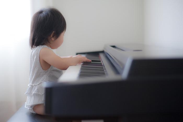 ピアノは、両手や足を使って演奏する楽器。体中で音楽を感じながら、リズム感や音感を学んでいきます。小学生になると音楽の授業が始まるため、音楽の基礎をピアノで身につけておけば役立つ機会が増えることでしょう。