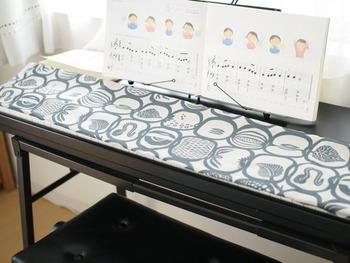 ピアノは少し使わないだけで、ほこりが溜まってしまい汚れた印象になることも。こちらのお宅のように、お好みのファブリックで覆えばほこり対策になるだけでなく、見た目もおしゃれ。