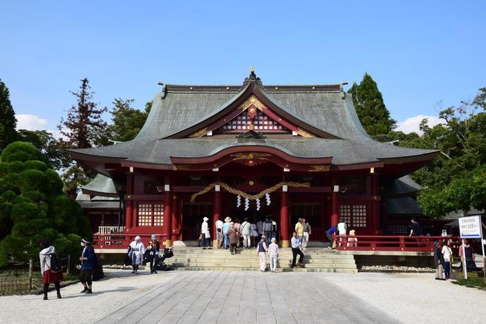 重厚な趣きの拝殿。奥にある本殿は、江戸時代末期のもので国の重要文化財に指定されています。茨城県で最も参拝者数の多い神社で、年間350万人が訪れています。
