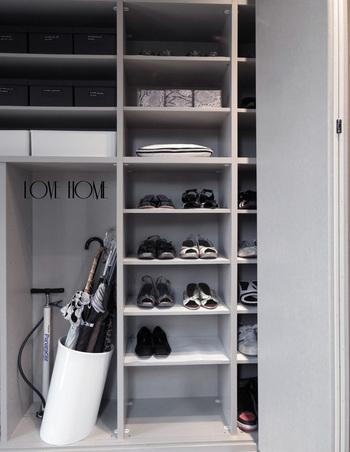 人が中に入れるくらい大きなウォークインタイプの玄関収納も人気。家族分の靴だけでなく、ベビーカーやお子さんの外遊び道具などもたっぷり収納できます。