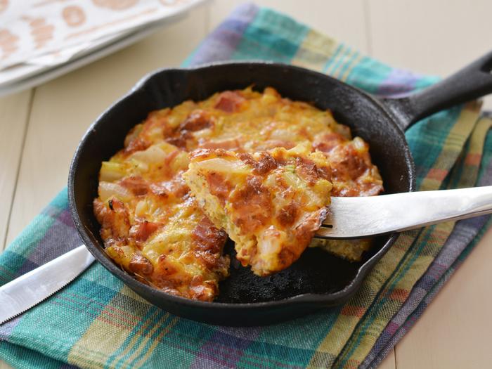 イタリア料理の定番として知られる、フリッタータ。スキレットで熱々を作って楽しめるのはもちろん、冷めても美味しくただけますよ。  こちらのレシピでは春野菜を卵でとじていて、味付けは塩だけ。素材の本来の味わいを楽しむことができるはずです。ご飯、パンの両方で、頼れるおかずになってくれます。