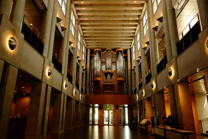 水戸駅からバスで10分ほどのところにある「水戸芸術館」は、水戸市制100周年を記念して1990年(平成2年)に開館した複合文化施設です。エントランスホールは教会建築に似ていて、残響時間の長い特性を活かしてパイプオルガンが設置されています。日本人の手で作られたオルガンとしては国内最大級。オルガンの音色を気軽に楽しめるようにと、週末には入場無料の「プロムナード・コンサート」が開かれています。