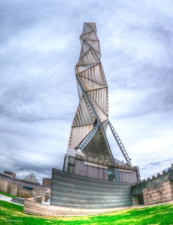 水戸芸術館のシンボルとして建てられた塔は、水戸市制100周年にちなみ地上100mの高さ。三重らせんが空に向かって上昇していくデザインは、無限に発展する水戸をイメージしたものだそう。内部は4階建ての構造になっていて、ガラス張りのエレベーターを使って地上86mにある展望室へ向かうことができます。