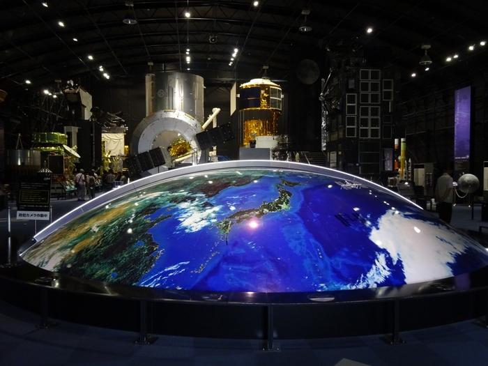 施設内の見学は、自由見学と説明員による無料展示館ガイド、事前予約制のガイド付き施設見学ツアーの3つ。こちらのスペースドームは、誰でも自由に見学できる常設展示館で、JAXAの歴史が紹介されています。ロケット好きや宇宙好きの方なら、何時間でもいられそうな場所ですね。