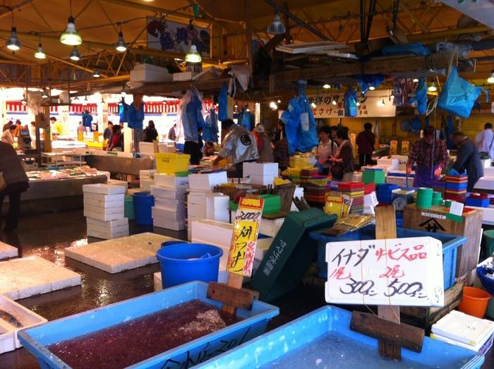 茨城で海産物を買うなら「那珂湊おさかな市場」がおすすめです。那珂湊漁港に隣接する魚市場で、その日の朝に水揚げされた鮮魚がリーズナブルな価格で販売されています。威勢の良い掛け声が響く活気ある場内は、初めての方でも気軽に購入できるのが魅力。