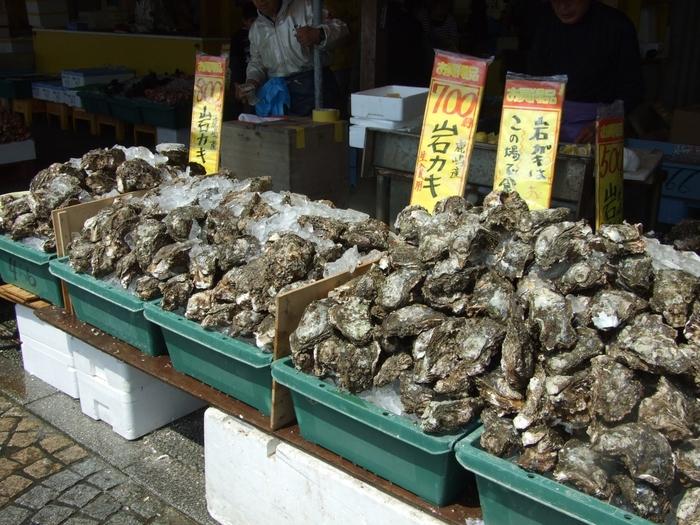 鹿嶋産の牡蠣も地元価格で購入できます。鮮魚だけでなく、干物などの加工品もあり、どれにしようか迷ってしまいます。お店の方におすすめを教えてもらいながら選ぶのも楽しみのひとつですね。