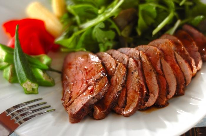 ローストビーフというと手間もかかるし、難しそう…なんて人も多いのでは?こちらのレシピは、ローストビーフをフライパンで手軽に作ることが出来ます。全体的に表面をしっかり加熱したあとは、低温でじっくり火を通し、余熱で肉汁を安定させるのがポイントです!