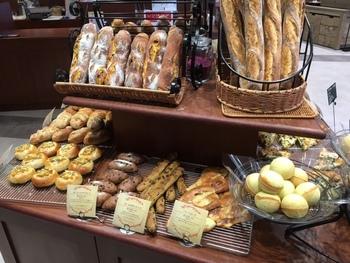 おいもスイーツ店が手がける「らぽっぽ ファームベーカリー」では、さつまいもを使ったパンがずらりと並んでいます。なめがたファーマーズヴィレッジ限定商品もあるので、お土産に喜ばれそうですね。