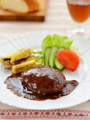 ハンバーグを焼いた後の肉汁で作るデミグラスソースは煮込まなくても、ゼラチンが加わることで本格的な味に大変身! まるで洋食屋さんで食べるハンバーグみたいな美味しさです。