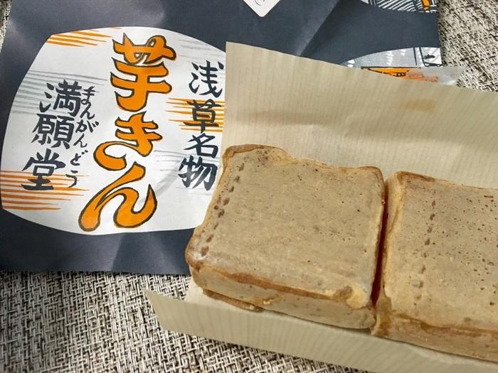 """""""芋きん""""とは、さつま芋で作った""""金鍔(きんつば)""""のこと。 東京浅草は、老舗の多い街ですが、「浅草 満願堂」もその一つ。明治19年創業の芋菓子店。""""行列の出来る""""店として有名で浅草と吾妻橋に店舗がありますが、「大丸東京店」にも出店し、その味を求める客で行列をなしています。"""