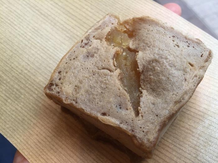 外側がもっちりとして、中はねっとりと滑らかな『芋きん』は、鹿児島産さつま芋の本来の味を活かし、甘さ控え目です。素朴な味わいに魅了されて、一度食べるとリピーターになる人が多いと評判の生和菓子です。さつま芋なので、ビタミン、食物繊維も豊富。トースターで軽く焼けば、外側がパリッと香ばしくなり、さらに美味しく頂けます。