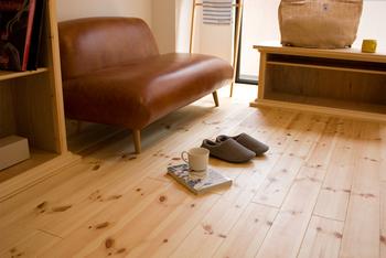 床は、インテリアの大事な一要素。余分な家具を置いたり、カーペットを敷いたりしなくても、上質な空間がつくれそう。