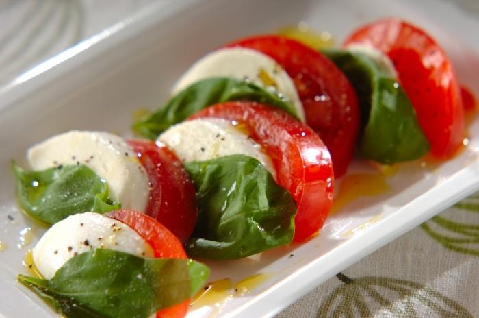 イタリアを代表する前菜カプレーゼは、見た目にもお洒落なので、コース料理の前菜にぴったりの一品です。作り方も食材をカットして並べ、塩、コショウ、オリーブオイルをかけるだけと、とっても簡単!ワインにもとっても良く合います。