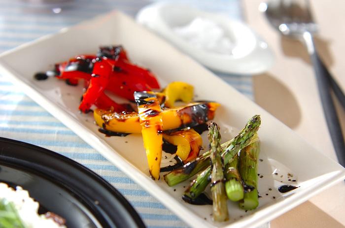 赤、黄、緑、彩り華やかな野菜をグリルで焼き、煮詰めたバルサミコ酢をかければおしゃれな前菜の完成です。素材の美しさが映えるよう、白いプレートに盛り付ければ、まるでレストランで頂く一品みたい!