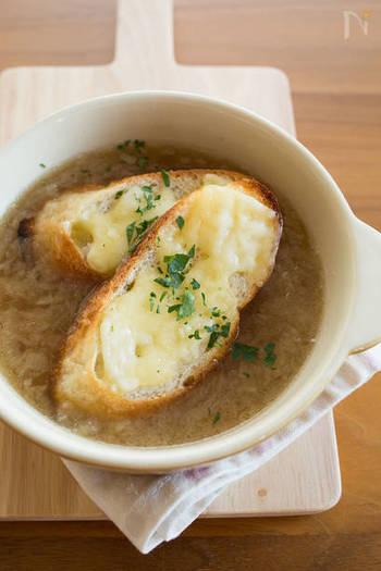 簡単&お手軽!10分で出来ちゃうオニオングラタンスープ。玉ねぎの冷凍と、焼いたパンとチーズを後のせするのがポイント!コース料理には勿論、忙しい朝にもオススメのスープレシピです。