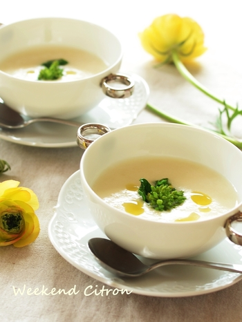 """新玉ねぎの甘みとジャガイモのとろみが優しいスープは、なんだか心が""""ほっこり""""癒されます。仕上げには、菜の花をトッピングして春らしく…。"""