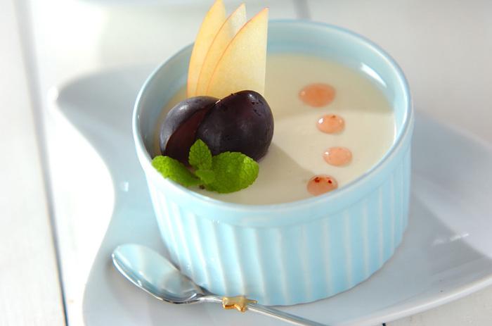 程よい酸味がおいしいレアチーズケーキ。フルーツソース&トッピングの果物は季節または、お好みのものでOK!コース料理の最後は、さっぱり味のスイーツで締めくくってみませんか…。