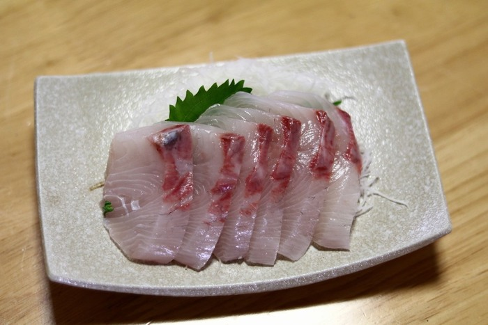 魚には、カロリーを抑えながら良質なたんぱく質が摂れるメリットがあります。また、ビタミン(D、E、B12)や必須ミネラル(カリウム、カルシウム、マグネシウム等)を含んでいるところも特徴。健康に役立つさまざまな効果が期待できる、DHAやEPAなどの成分にも注目です。魚の種類によって含まれている成分が変わってきますので、今日食べる魚の栄養をチェックしながら献立を考えると良いでしょう♪