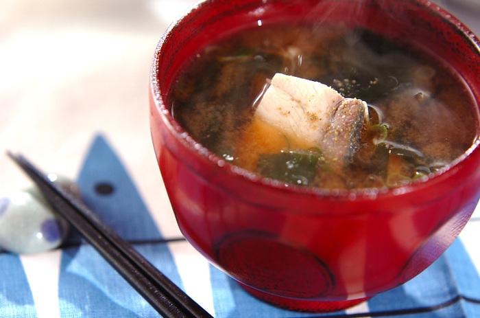 こちらは、魚のアラを使った味噌汁です。アラが安売りしていたらチャンス!ぜひ作ってみて欲しいです。臭みを取るには、熱湯をかけるなどの下ごしらえを丁寧にやるのがコツです。