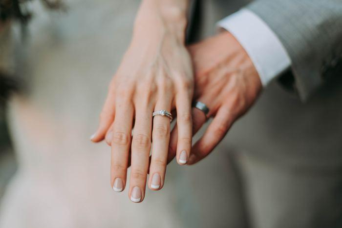 """地球上でもっとも硬い石""""ダイアモンド""""。60年目の結婚記念日は最高の日。""""長寿と繁栄を祝う""""という想いも。お祝いには最高の宝石、ダイアモンドのネックレスや指輪などのアクセサリーを。これからも""""固い絆を結ぶ""""という想いを込めて…。"""