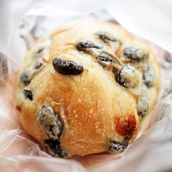 奈良の宇陀産黒豆を使ったパン。 黒豆がたっぷりでうれしくなります♪