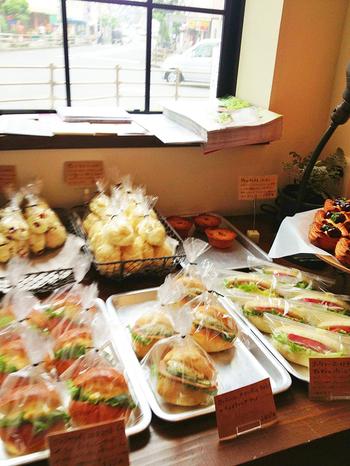 奈良市にあるおしゃれなパン屋さん。 ハード系のパンからデニッシュ、サンドイッチまで見ためもきれいなパンが並びます。