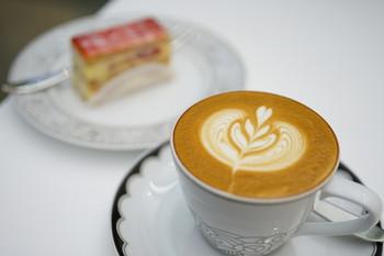 カフェラテも、ケーキと相性の良い美味しさと美しさです。