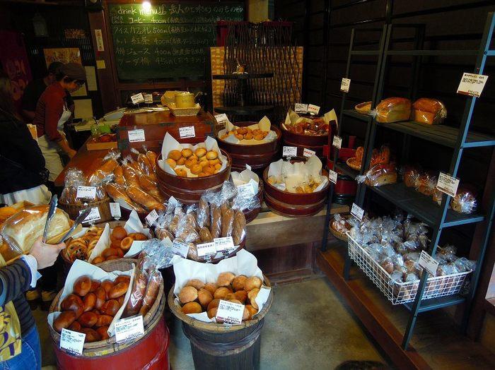 木樽に入ったパンが並べられているのがユニーク。