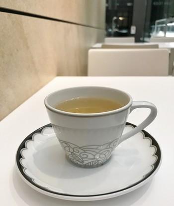 「カフェ テイエン」のテーブルウェアは、日本で初めてディナーセットを製造した食器ブランド「ノリタケ」と共同で作られたオリジナルブランド。 緑豊かなお美和を眺めながら、庭園美術館モチーフにしたアールデコ模様の食器でケーキやドリンクを頂くことが出来ます。 カップ&ソーサーやプレートはミュージアムショップで購入することも可能なので、素敵なお土産にもなりますね。