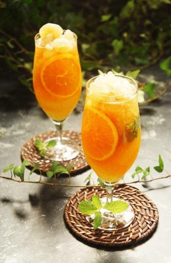 甘い香りが特徴の台湾を代表するお茶・東方美人茶をベースにしたアイスティー。キャラウェイシードやクローブなどのスパイスやハーブ、そして柑橘フルーツや炭酸をたっぷりと入れて、清涼感をプラス。