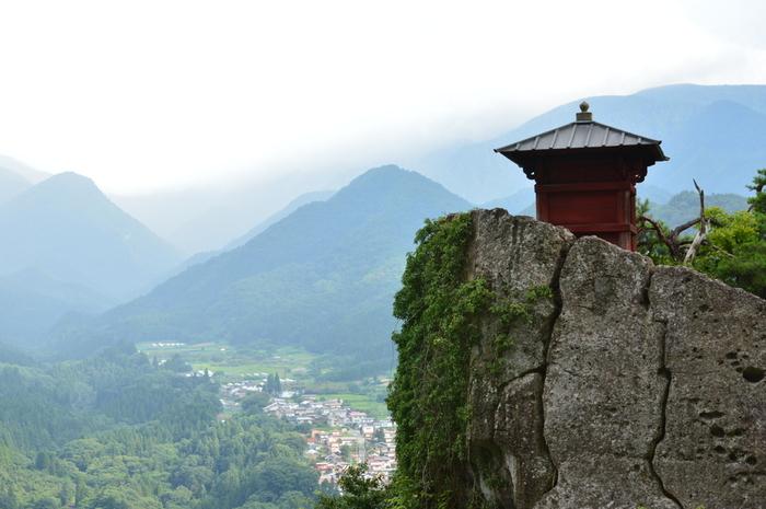 「閑さや岩にしみ入る蝉の声」と詠んだ松尾芭蕉の句が有名な山寺。1015段の石段の上にあり、登り切った先には絶景が待っています。特に新緑の頃は生命力あふれた景色が広がり、パワースポットとしても人気です。