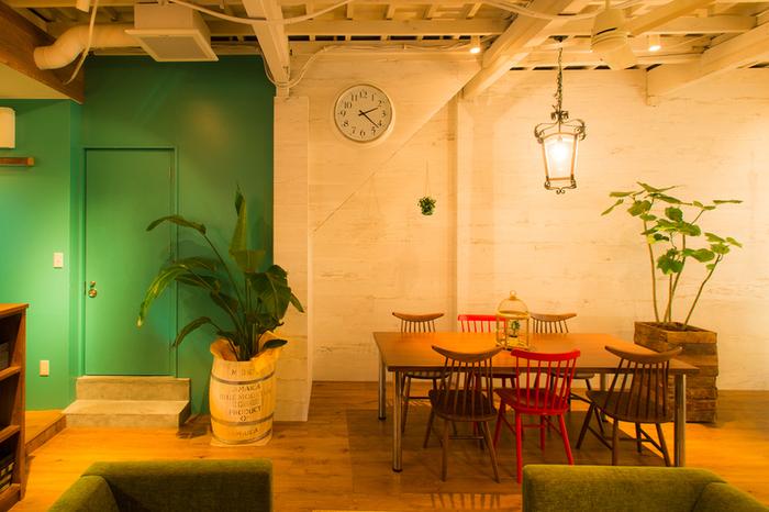 大きな観葉植物が置かれたリラックス感のある店内。テーブル席・ソファ席があり、インテリアや雑貨もとっても素敵なんです♪