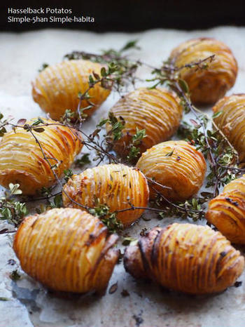 アコーディオンポテトとも呼ばれるスウェーデンのじゃがいも料理は、目をひく見た目と、バター・塩・にんにく・ハーブのシンプルで素朴な味が人気です。付け合わせとしてもよく利用され、表面のカリっとした食感と、中のホクホクした食感のバランスが絶妙です。