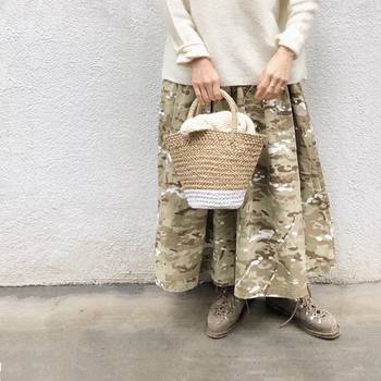 ハードな印象になりがちな迷彩のロングスカートも強い色を合わせるのではなく優しい生成色のトップスを合わせ、小物も同系色でまとめると大人カジュアルに仕上がります。