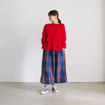 みているだけで元気をもらえるタータンチェックのロングスカートにはチェック柄から一色とったレッドのトップスに、足元はネイビーに…色で遊びつつもまとまり感のあるアクティブかつ女性らしさも残せた素敵コーデです。