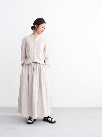 春はさらりとした素材に包まれたくなりますよね。そんな小春日和のシーズンにぴったりのコーディネートがリネンの素材のロングスカートとシャツのセットアップスタイル。健やかな春のオススメコーデです。