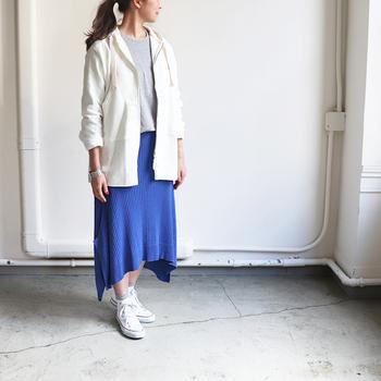 アシンメトリーで遊び心があるブルーのロングスカートには今季ブームのマウンテンパーカーやビッグサイズのパーカーを合わせて元気に着こなしたい!
