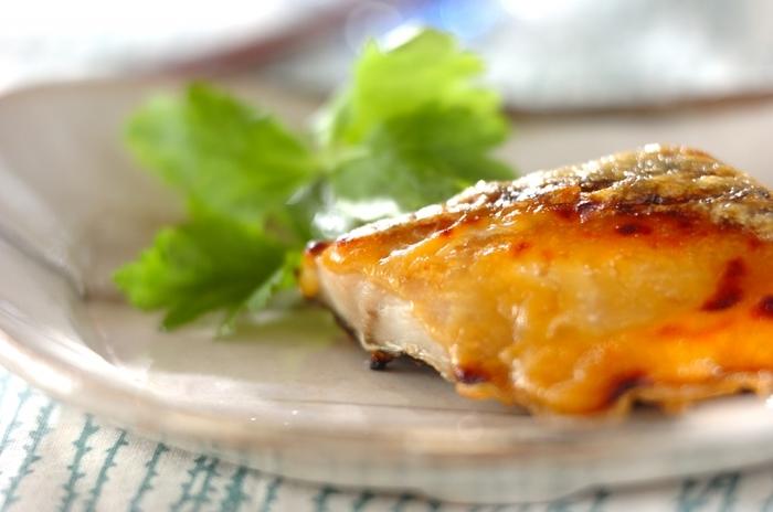 味噌に漬け込む時間がない、漬けて置くのを忘れてしまったときなどには、味噌を塗って焼く方法もありますよ♪こちらのレシピでは、まず魚をこんがりするまで焼いてから、味噌を塗って再び焼くのがポイントです。