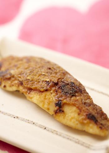 味噌マヨはさらに風味を加えてアレンジを楽しめます。こちらの味噌マヨには白ごまをプラス♪お好みの魚で作れるレシピです。最初に魚に火を通してから、仕上げに味噌を塗ってこんがり焼き上げましょう。