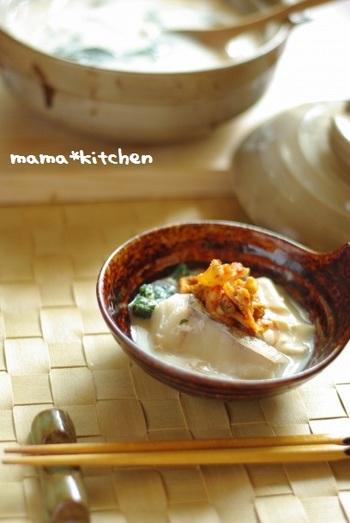 魚の味噌汁をメイン料理で食べたいときには、味噌鍋がおすすめです。こちらの味噌鍋は、麦味噌と豆乳を使ったレシピ。優しいほっこり味に、キムチを加えてアクセントも楽しめますよ♪