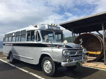 映画村からはクラシカルなボンネットバスで向かいます。醤油樽で作られた停留所も、醤油の生産が有名な小豆島らしい趣があります。