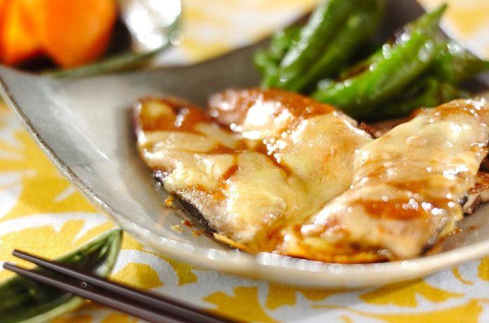 こちらは、サンマ×味噌×チーズのユニークなレシピ。フライパンで作れますよ。魚に味噌を塗る手間もなし♪小麦粉をまぶしたサンマを焼いたら、合わせ味噌を上からかけましょう。チーズを乗せて蒸し焼きにすれば完成です。