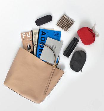 A4サイズがしっかり入る、大きめサイズのレザートートバッグです。柔らかい印象を与えるベージュカラーなら、大きめバッグも重たく見えないのが魅力ですね。収納力は抜群なので、荷物が多くなってしまう日にもぴったり。