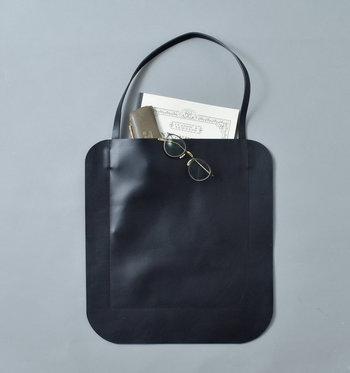 大きめサイズのカウレザートートバッグは、黒のシンプルデザインでどんなシーンでも活躍してくれるアイテムです。フォーマルな場で、サブバッグが必要な際にもぴったり。