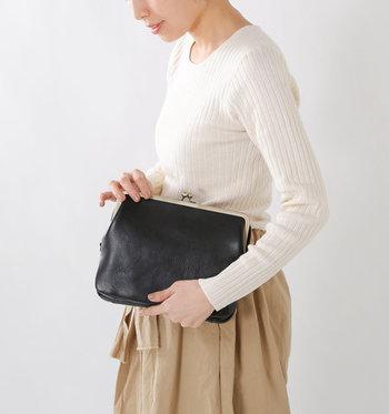 がま口デザインで、ちょっぴりレトロなテイストを思わせるバッグ。クラッチバッグとして単体で使うこともできますが、ストラップを付けてショルダーバッグとしての使用もOK。TPOに合わせて、使い方を変えられる革バッグです。