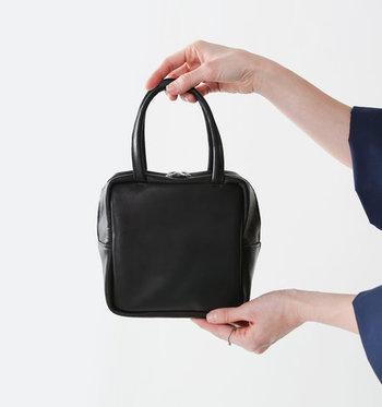 牛革を使用し、ツヤ感が上品さを演出してくれる黒のミニバッグ。コロンとしたキューブ型が特徴で、マチがしっかりあるので収納力が意外と高いのも魅力的です。