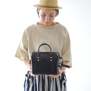 フォーマルな場で大活躍してくれる革バッグですが、普段なかなか使い道のないバッグだと購入するのに躊躇してしまう方も多いはず。  そこで今回は、デイリーにもフォーマルにも使える、シンプル&ベーシックなデザインの革バッグをカラー別にご紹介します。