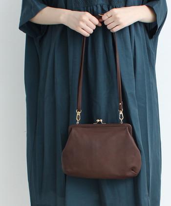 シンプルなブラウンのレザーバッグは、がま口デザインでちょっぴり遊び心をプラスしたアイテムです。小ぶりなサイズ感で、パーティーシーンにも合わせやすくなっています。